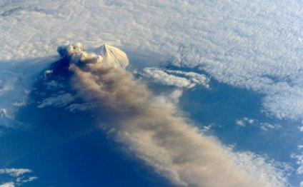Вулкан на Аляске выбросил
